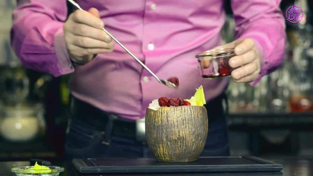 Egzotyczny drink z rumem, liczi i kokosem